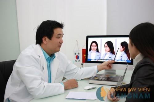 Bác sĩ Kangnam tư vấn cho khách hàng sửa mũi quặp