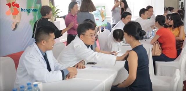 Bác sĩ Hàn Quốc tư vấn cho khách hàng tại Thẩm mỹ viện Kangnam