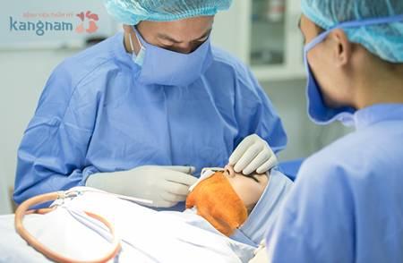 Tiến hành gây tê trước khi phẫu thuật nâng mũi s line 3d tại Kangnam
