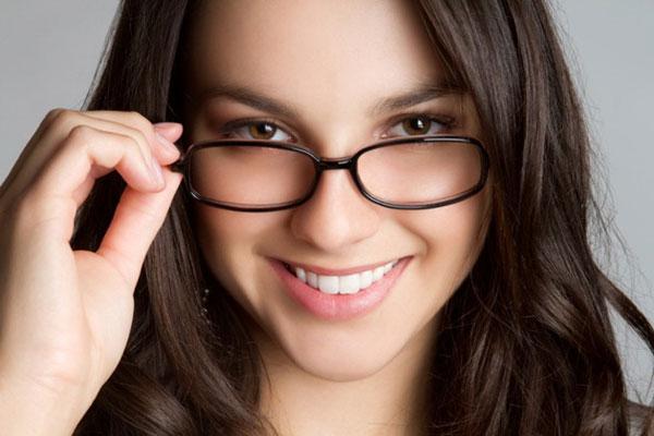 Nâng mũi bao lâu mới được đeo kính 1